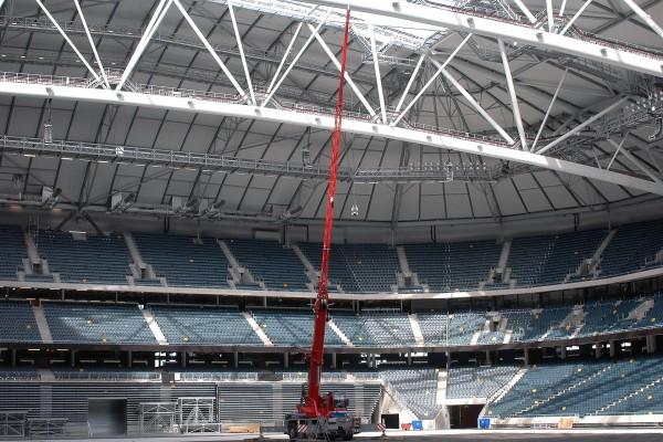 Planen känns nästan liten... Måste bero på att arenan i sig är så mäktigt stor att proportionerna förvrängs. Idag var det blå himmel och taket öppet.