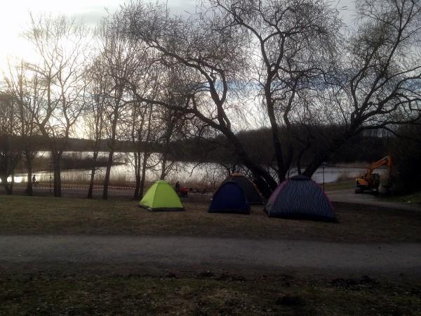 Några av köarnas tält vid Råstasjön